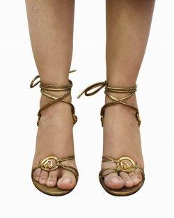 Sandália Dior em couro dourado