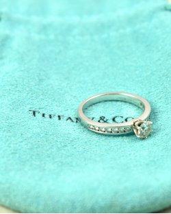 Anel Solitário Tiffany & Co. com Diamantes
