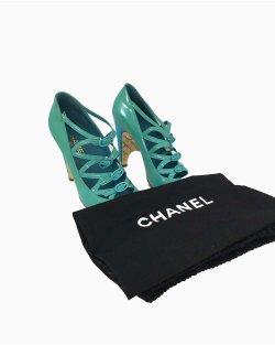 Scarpin Chanel Azul Verniz e Fivelas